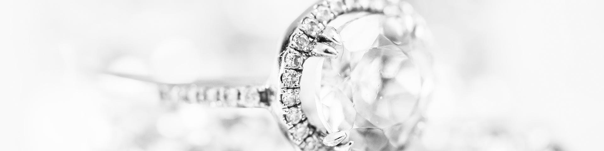 <h1>Mettetevi molti gioielli,<br>le rughe si noteranno meno.<h1>